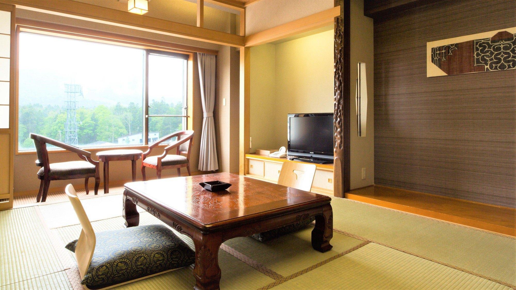 【山側】和室(客室一例)/新緑、深緑、紅葉、雪景色、表情豊かな阿寒の自然をお愉しみいただけます。