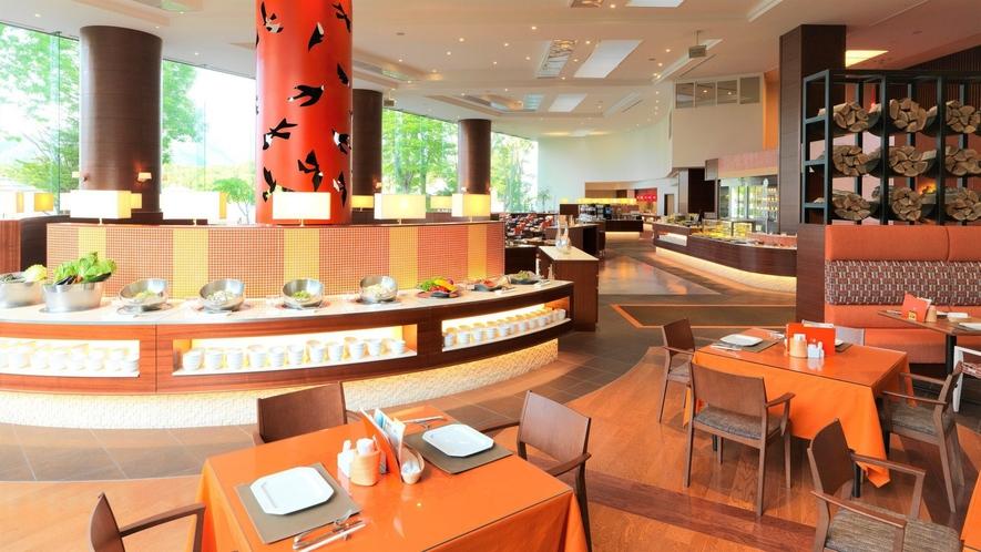 【ビュッフェレストラン「HAPO」】天井高6.5メートルの大空間にそびえるオレンジ色の暖炉が印象的