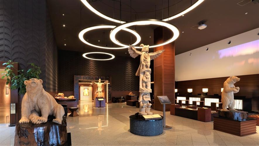 【ロビーギャラリー「イランカラプテ」】翼をつけた壮大なカムイニがお客様をお出迎えいたします。