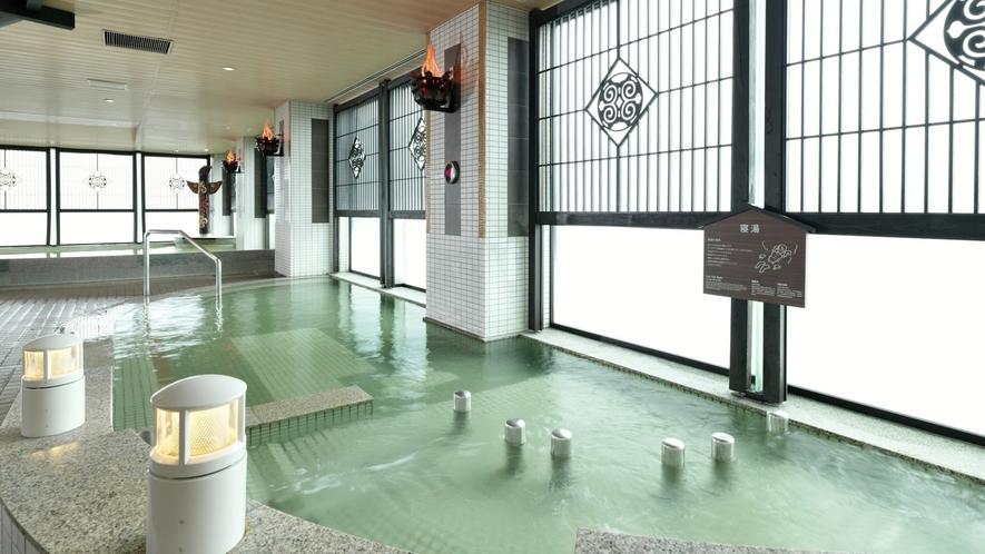 【遊久の里 8F展望大浴場「天の原」】8F大浴場の浴槽も種類豊富。開放感あふれる空間でお楽しみ下さい