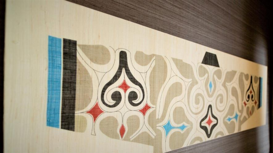 【山側】和室(客室一例)/お部屋により異なるアイヌ模様の壁掛けをお楽しみください。