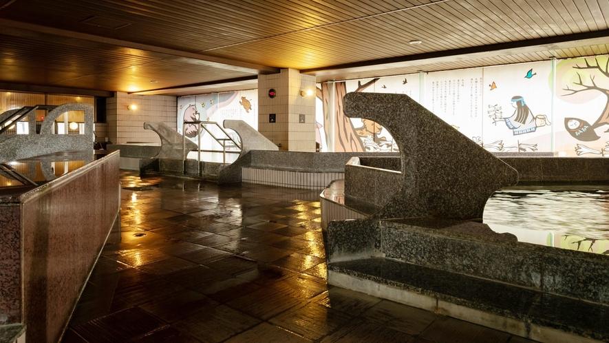 【2F男性大浴場「ピンネシリ」】壁にはアイヌの物語が描かれています。