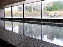 【大浴場】地下水を吸い上げて加温しているため肌がすべすべになると好評です♪