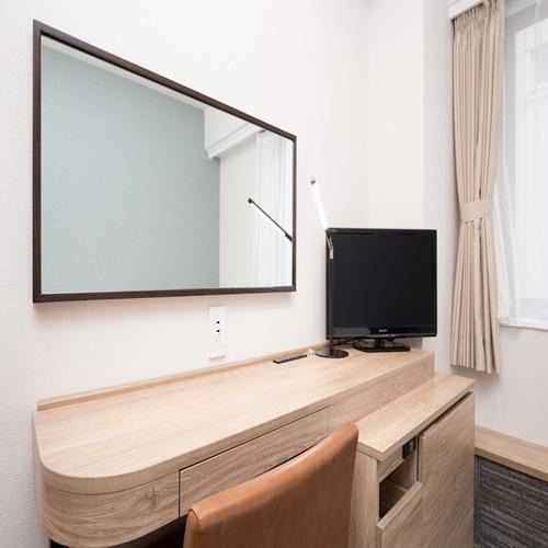 シングルルームは全室広々スペースのライティングデスクを完備。コンセントも充実しております