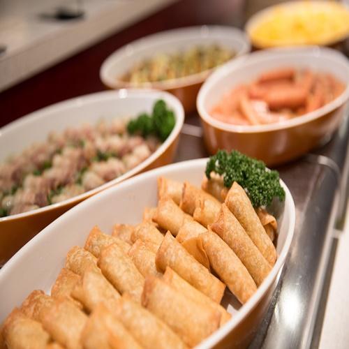【朝食】アスパラの肉巻きや春巻きなど日替わりメニューも充実。