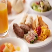 【朝食】旬の焼き魚や北海道産のたまごなど大人気の朝食バイキング。