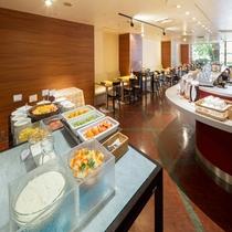 【朝食】デザートコーナーにはヨーグルトや生フルーツも充実。