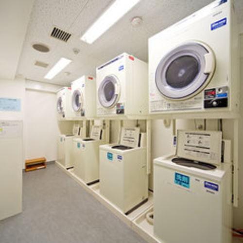 10階 コインランドリー 洗濯機1回300円 乾燥機30分100円 ※4台ずつあり、洗剤自動投入式