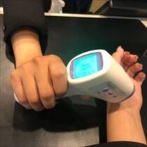 非接触の検温を実施