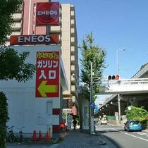しばらくすると、左手にガソリンスタンドが見えてまいります。まだ真っ直ぐです。