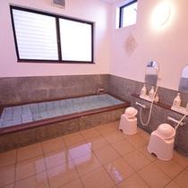 【お風呂】かけ流しのお湯を大理石の浴槽でお寛ぎください。