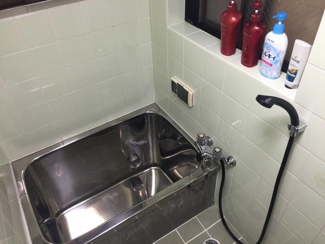 シャワールームの様子です。シャンプー類は常備。スイッチ一つでお湯もすぐ出てきます。