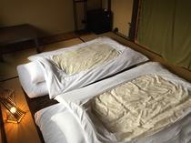 床の間のある和の間(2F)。ゆったりと布団を敷くことが出来ます。