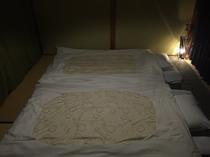 落ち着きのある和室(1F)。夜はお布団に包まれてゆっくりとお休み下さい。。。