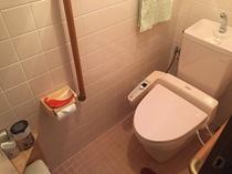 トイレ 便座は温水洗浄タイプです。