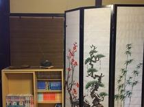 館内の様子 ちょっと懐かしいコミックや京都の本などの入った本棚。