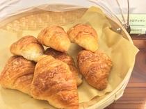 朝食用パン(一例)。サービスでキッチンに少しばかりですがパンをご用意します!