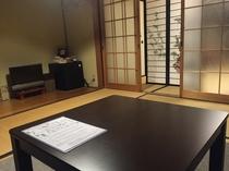 和室2人部屋 テーブルから部屋を見渡す〜ゆっくり寛げるスペース。