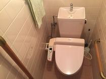 トイレ 皆様の安全のため、左右共に手すりが取り付けられています。