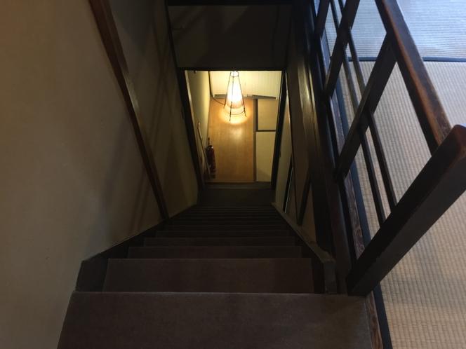 2階から階段を見下ろした様子。上り下りには昔ながらの町家に見られる『隠し階段』をご利用ください。
