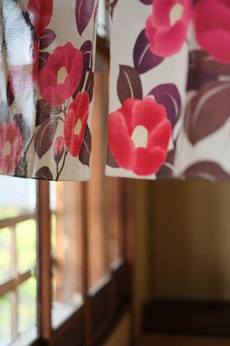 はな椿さん(宿より徒歩1分)の暖簾【要別途予約】。鮮やかな椿の花がお迎えです。