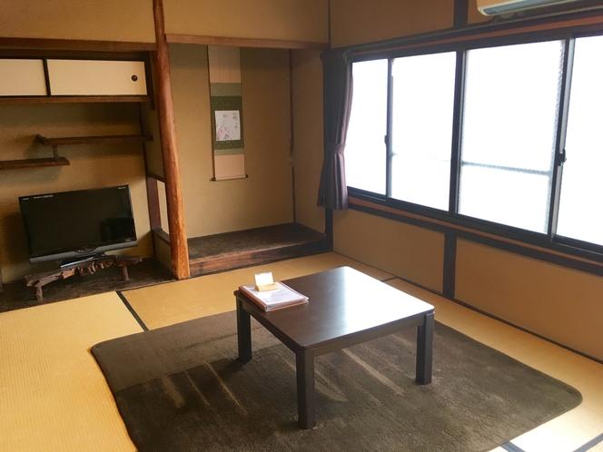 床の間のある和の間(2F)。落ち着いた色が基調の部屋。床の間に飾られた季節の掛け軸もお楽しみ下さい♪