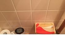 トイレ トイレットペーパーホルダーといった小さな所にも和のしつらえ。