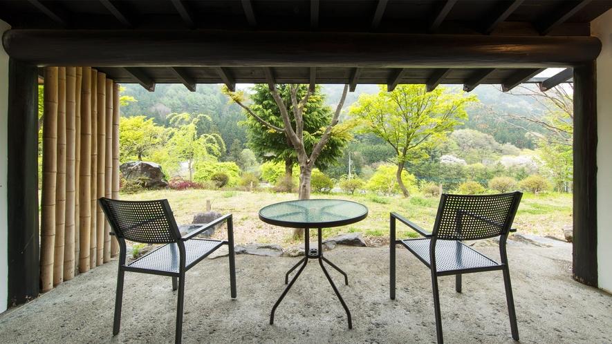 *特別室/テラスから眺める武尊の山々と四季の庭