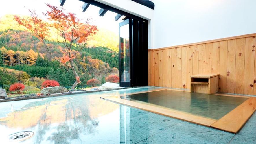 *秋景/美しく紅葉する武尊の山々と庭園の眺め