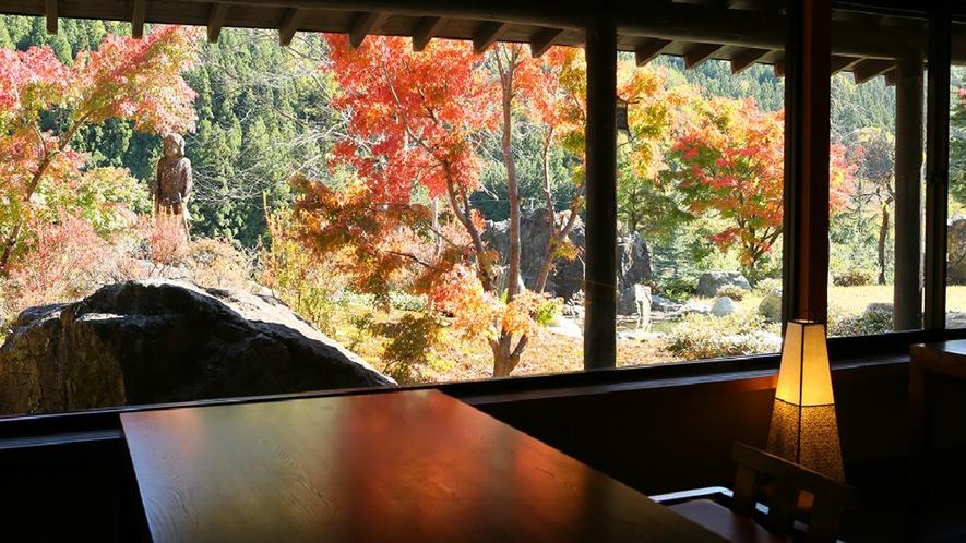 *館内/四季折々の庭の風景を望むお食事処
