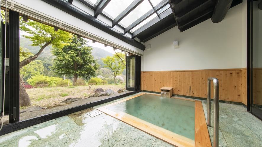 *特別室/客室専用の半露天風呂で景色と温泉を堪能