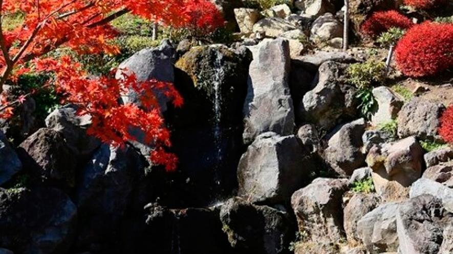*周辺/庭園内の小さな滝も紅葉に彩られる秋