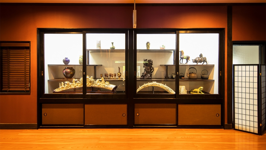 *館内/ギャラリーコーナーには骨董品を展示