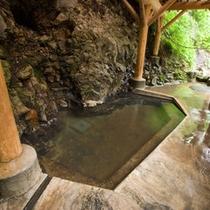 *女(目)の湯[混浴]/川のせせらぎを聴きながらの入浴をお楽しみ下さい。