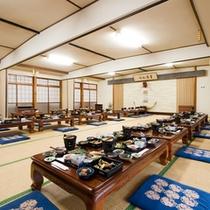 *食事処/夕朝のお食事はこちらにご用意致します。旅の出会いも楽しんで。