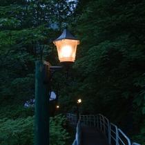 *施設案内/日が落ちるとひっそりと明かりが灯り、湯めぐりへ導きます。