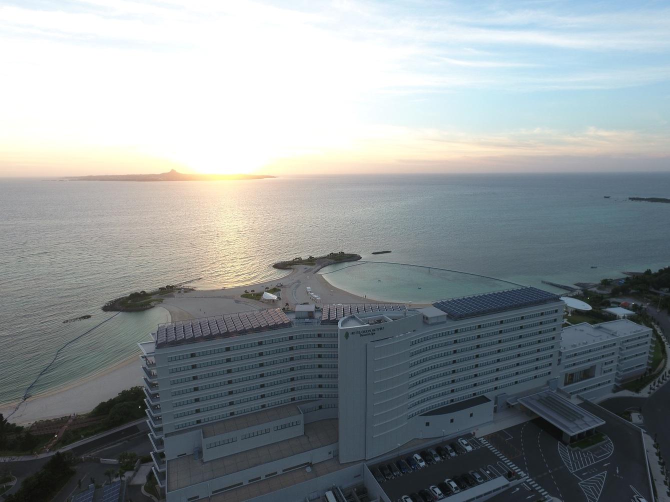 ホテル外観 伊江島と夕陽