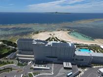 ホテル外観 空撮エメラルドビーチ&伊江島
