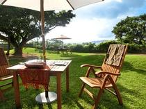 【中庭】芝生の上で沖縄の風を感じてください