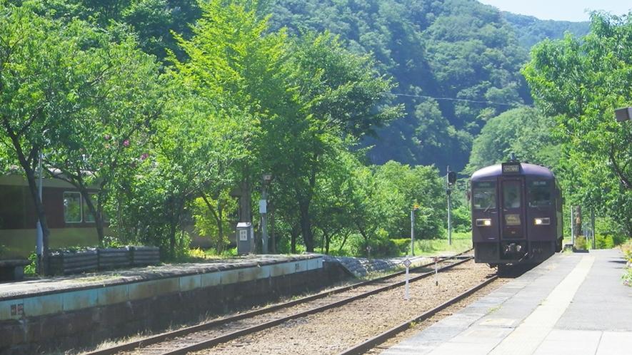 *【周辺】わたらせ渓谷鐵道神戸駅/当館の最寄り駅。春秋の観光シーズンにはトロッコ列車も走ります。