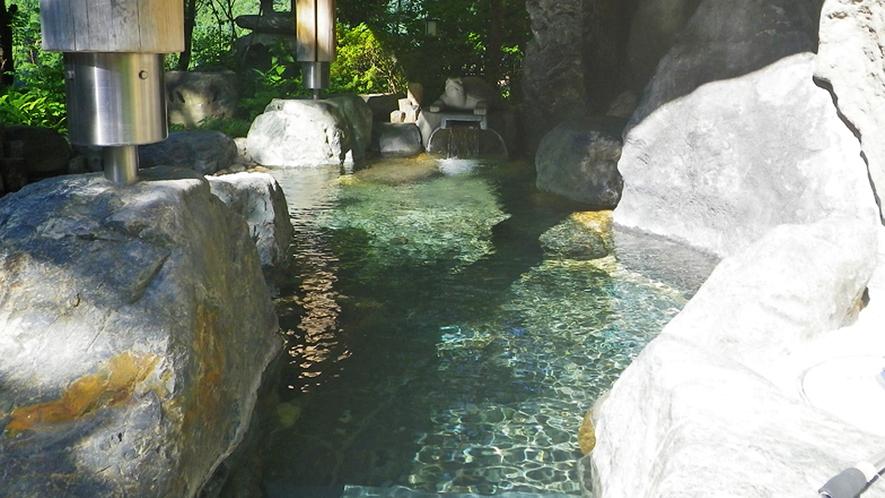 *【露天風呂】近くに瀧があり、瀧の落ちる水音が、露天風呂の雰囲気を一層引き立たせます。