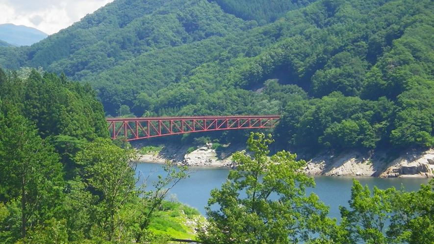 *【周辺】草木橋/草木ダムのシンボルで、赤色が山の緑に映えます。