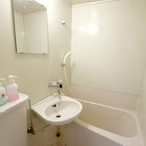 *客室内バストイレ/清潔感のある空間で疲れをほぐして頂けます。
