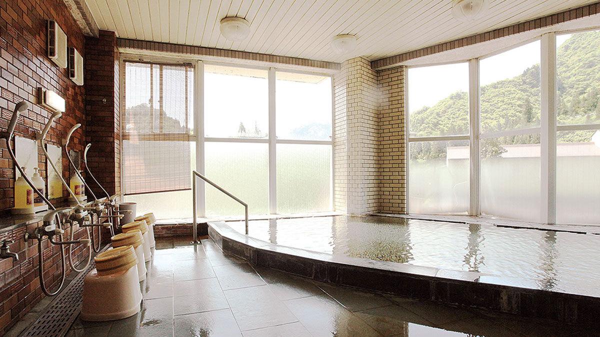 *【温泉】大きな窓の外に景色が広がるゆったりとした内風呂。