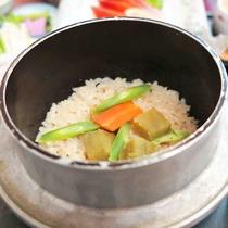 *【夕食一例】魚沼産コシヒカリを使用した、釜飯です。