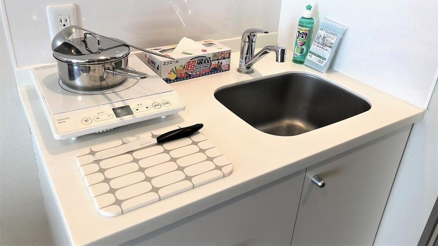 【レジデンシャルダブル】ミニキッチンはIHヒーター付。鍋などの調理器具もございます。