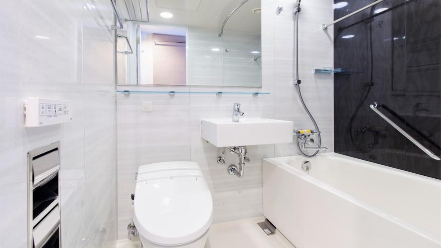 【バスルーム】バスタブはゆったりと体を伸ばせる大きさで、一日の疲れを癒すのにも最適です。