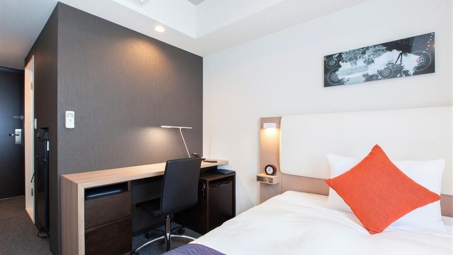 【コンフォートシングル】当館のシングルルームの中でゆとりあるお部屋。連泊ステイもより快適にどうぞ。