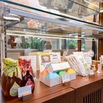 *館内のお土産処/石垣島のお土産やホテルオリジナルのお土産を取り揃えております。