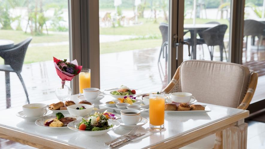 *朝食/宮良湾を臨む開放的なレストランでご用意いたします。